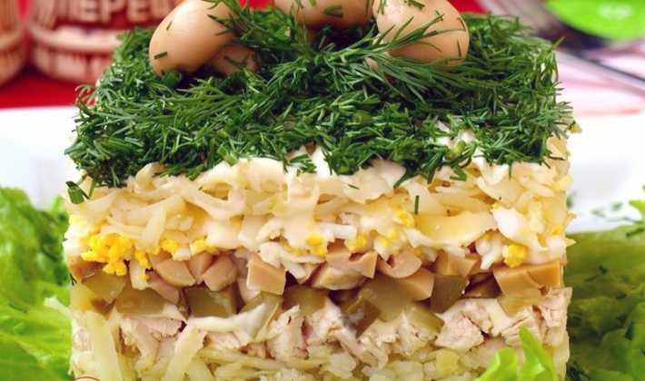 Салат с шампиньонами консервированными курицей и огурцом