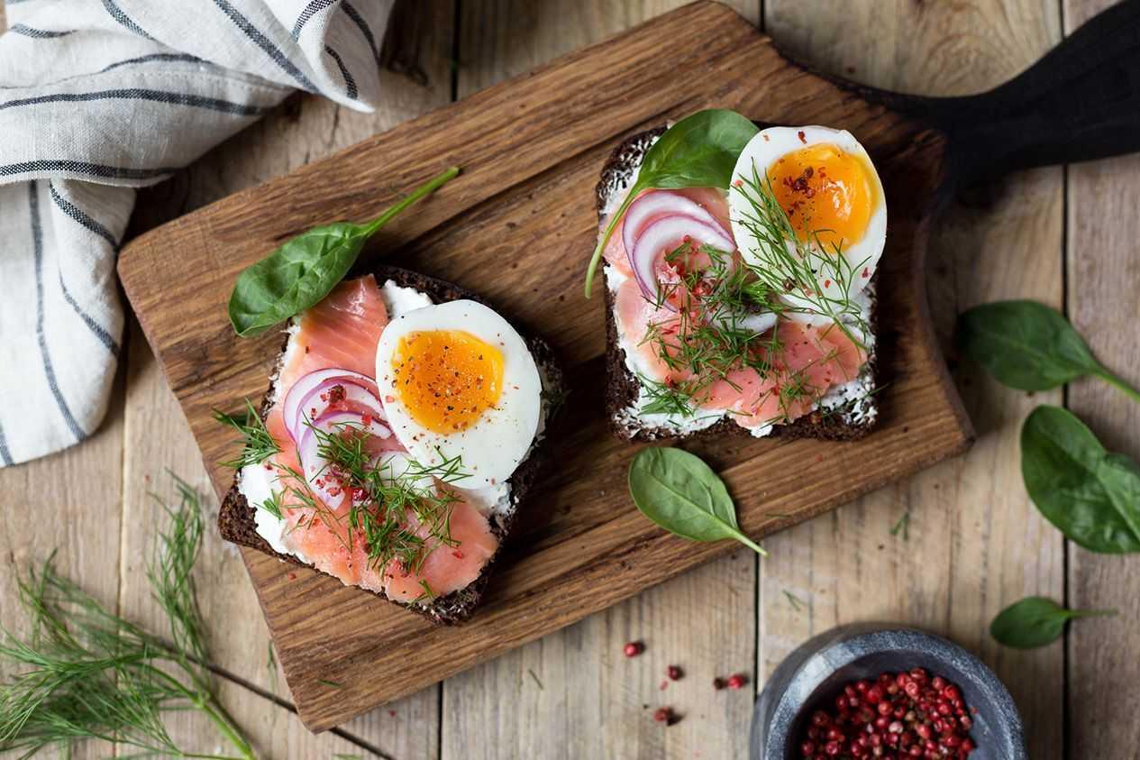 Бутерброды с красной рыбой и авокадо для завтрака