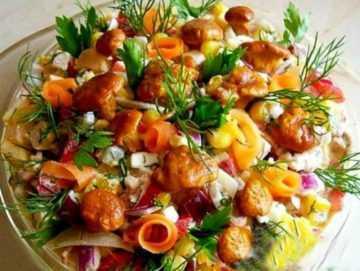 Салат из рыжиков солёных: рецепты с помидорами, овощами и куриной грудкой