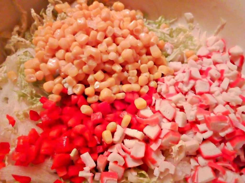 Салат из пекинской капусты с колбасой и кукурузой - 5 пошаговых фото в рецепте