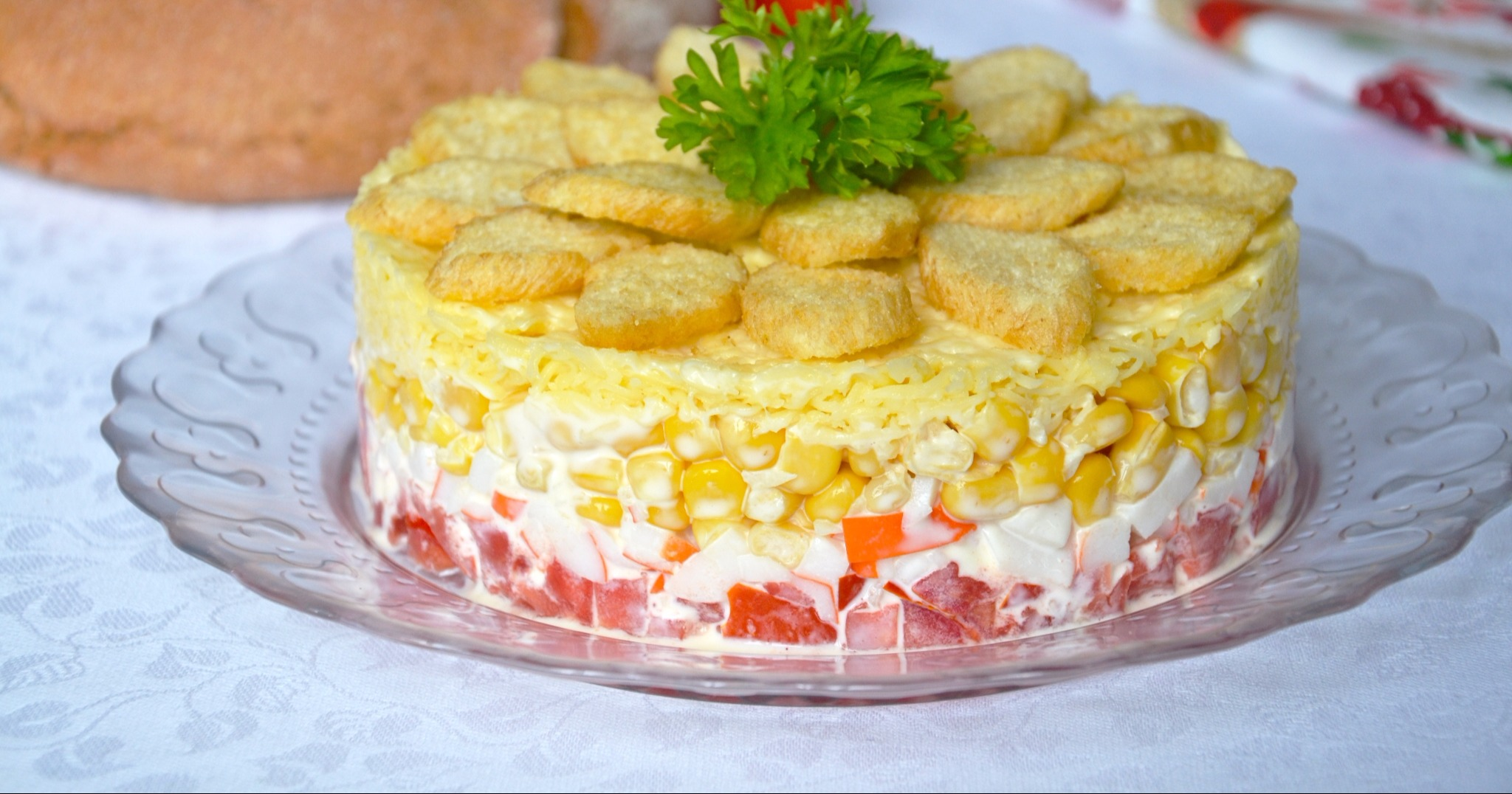 Салат с кириешками колбасой и кукурузой и