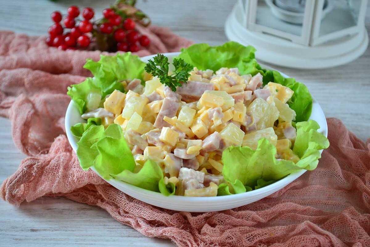 10 сытных салатов с ветчиной, которые хочется съесть немедленно