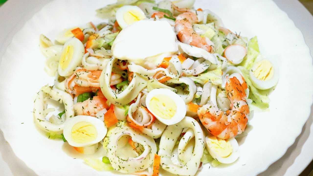 Салат с креветками и кальмарами - нежный и изысканный вкус: рецепт с фото и видео