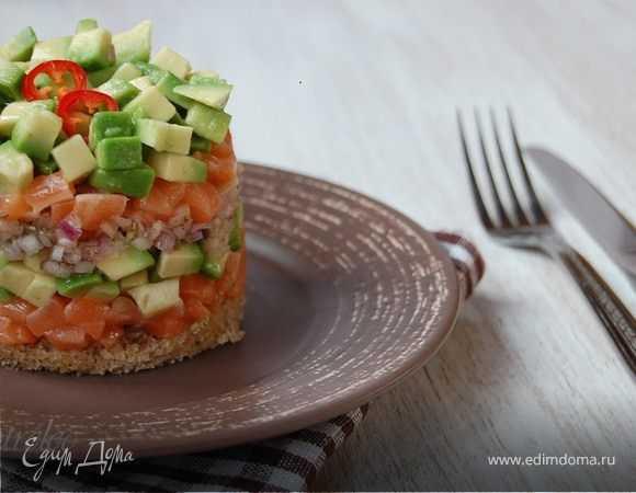 Тартар из лосося с авокадо, огурцом, каперсами, яблоками и сельдереем