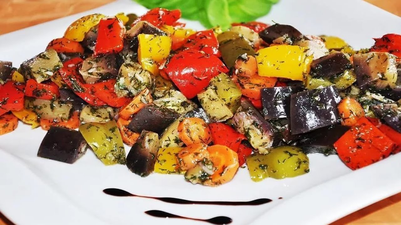 Теплый салат с курицей баклажанами и помидорами