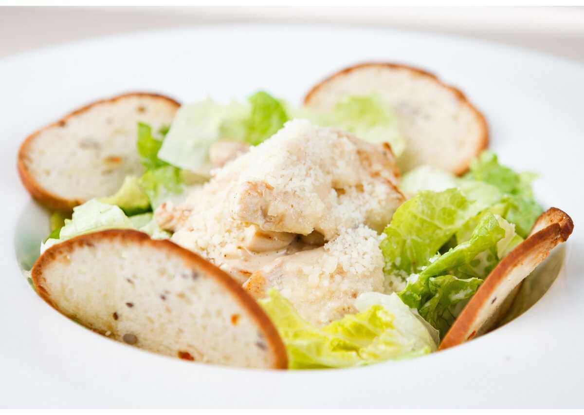 Салат цезарь с курицей и сухариками – 5 рецептов